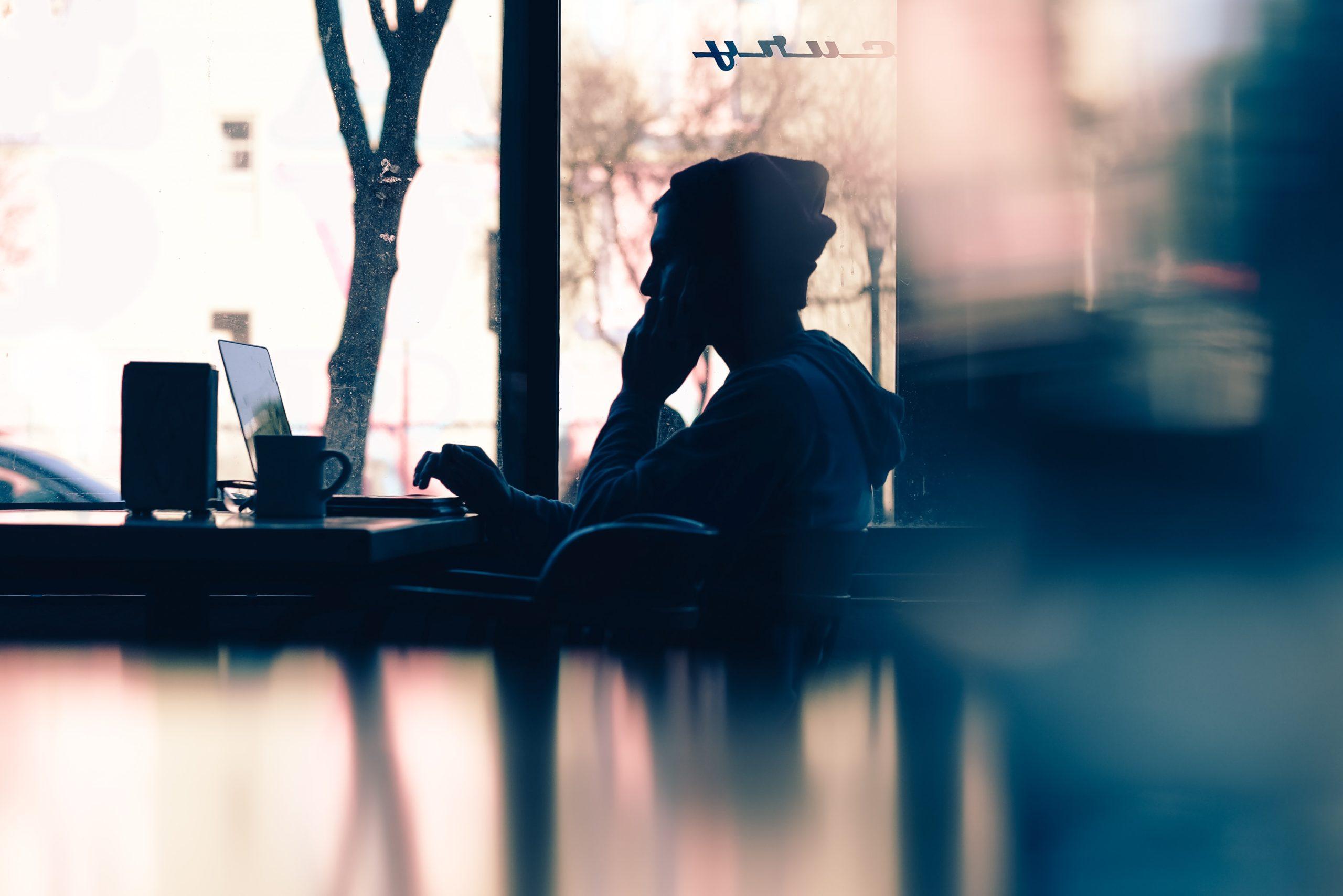 cafeでパソコンを見ている女性