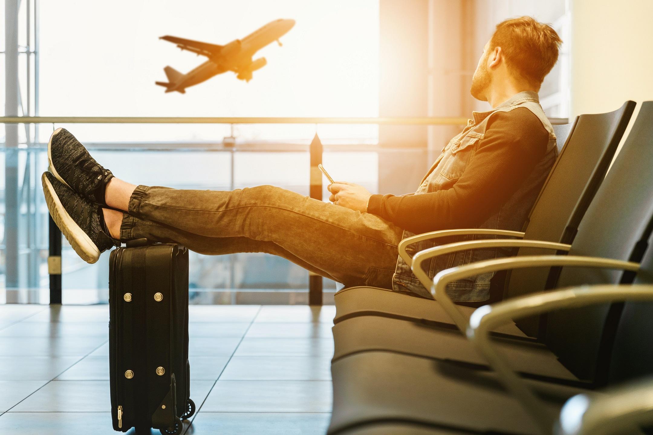 空港で待つ男