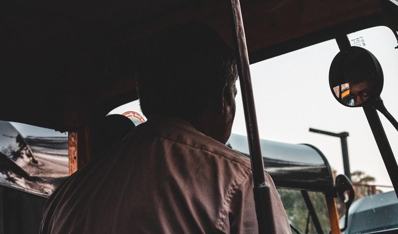 運転する高齢女性ドライバー