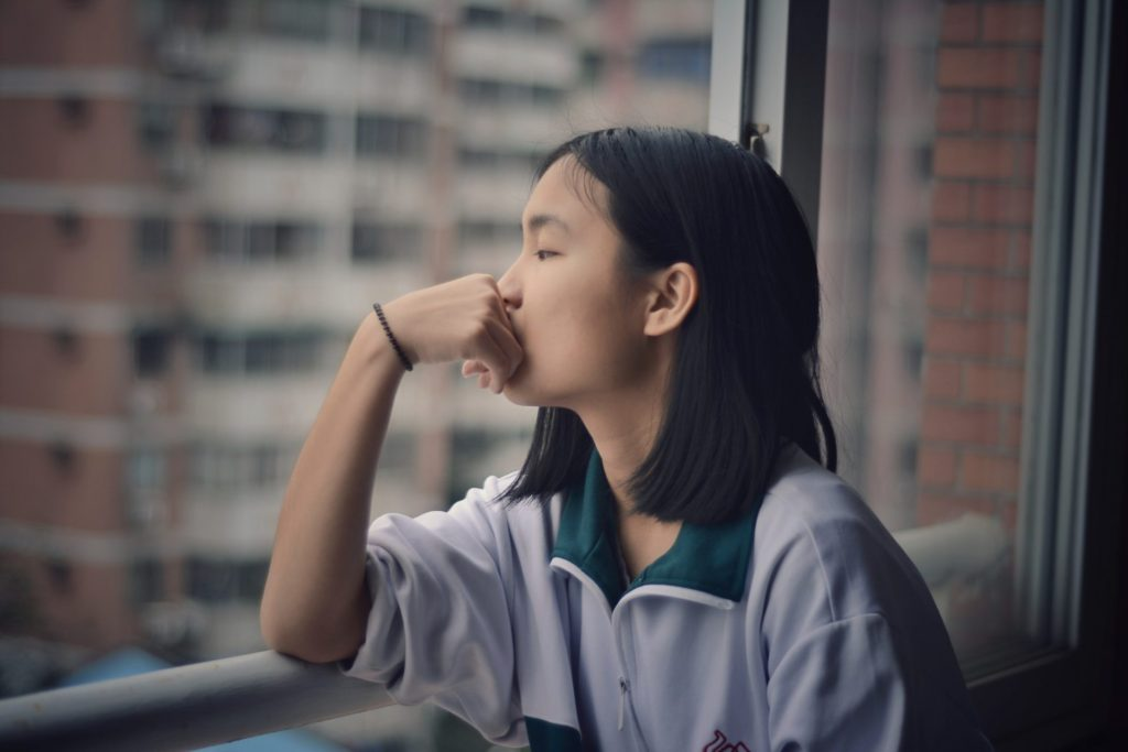 窓の外を眺める少女