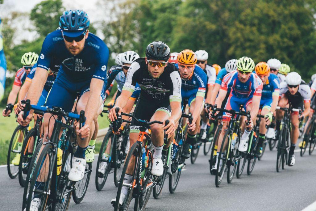 自転車競技中の選手たち