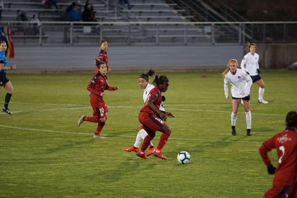 サッカーする女性選手