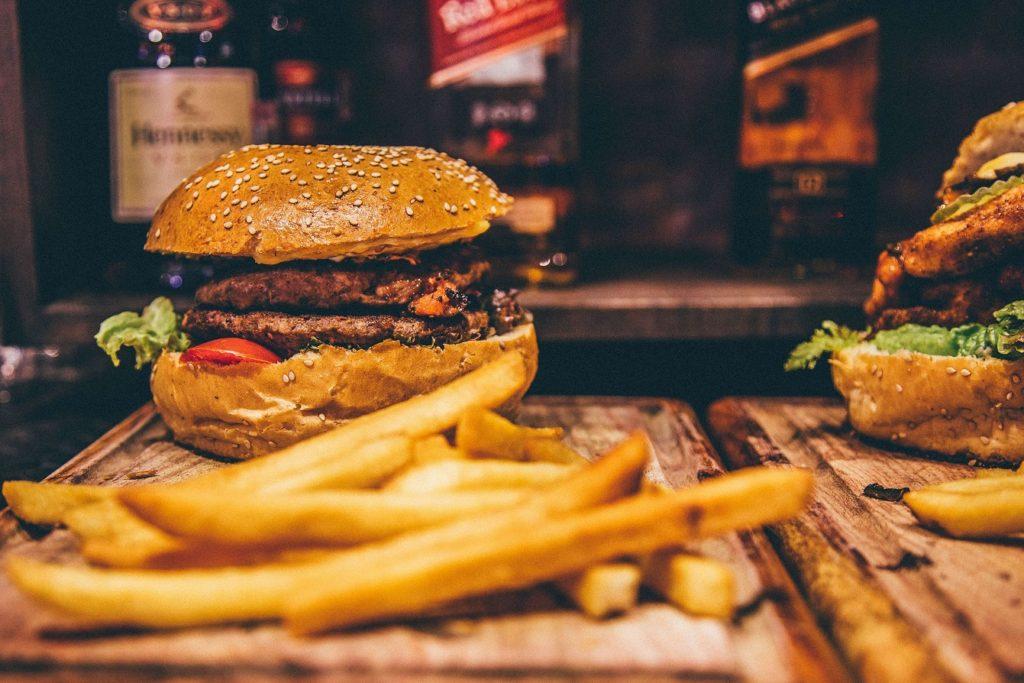 ハンバーガーとポテトフライ
