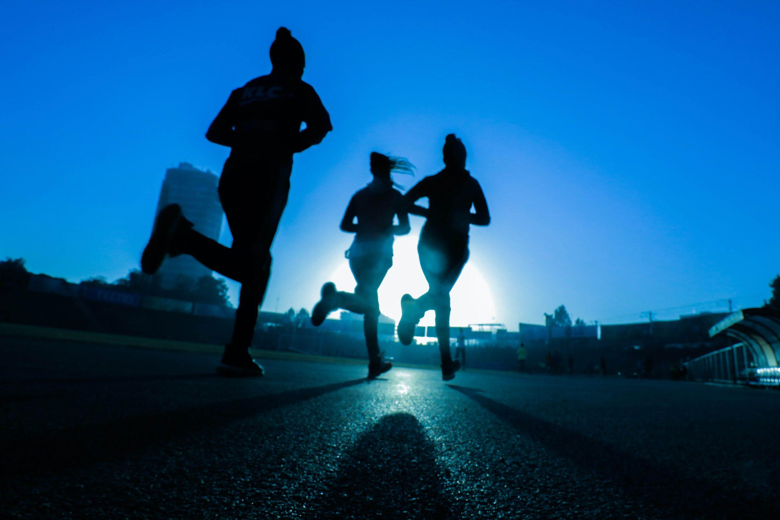 運動する女性たち