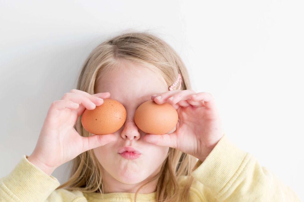 卵を目にあてるユーモア