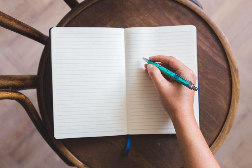 ペンを持ってノートに書く