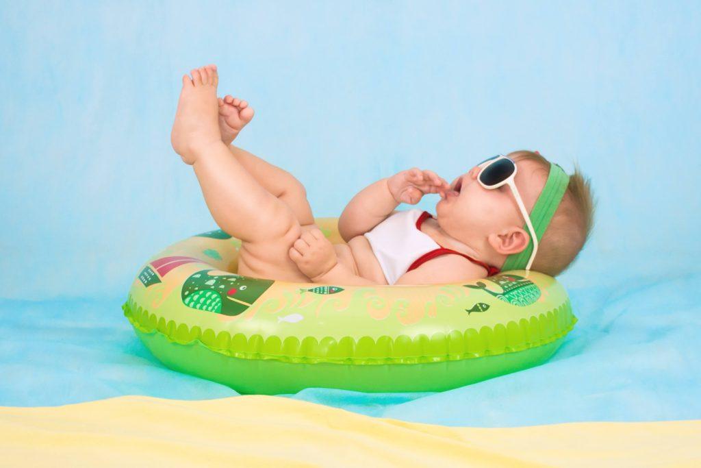 赤ちゃんがサングラスをかけるユーモア