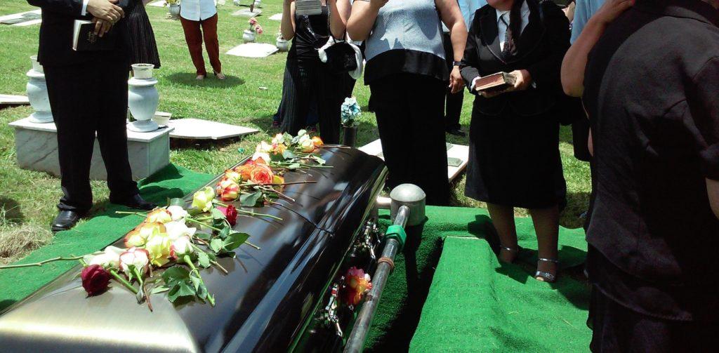 葬式で花をたむける