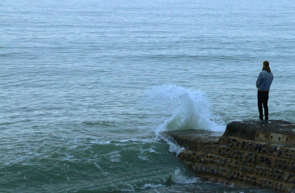 海に佇む男