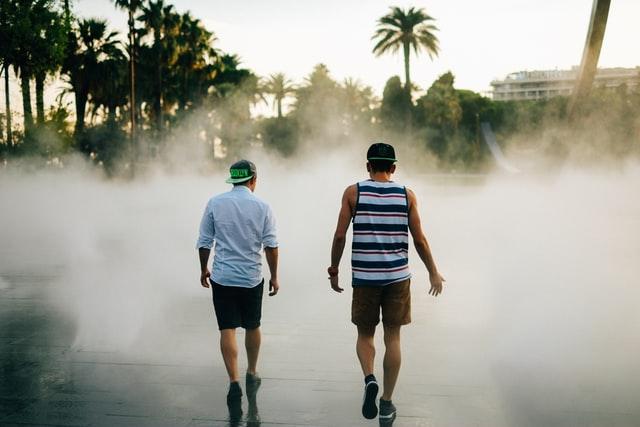 二人で歩く