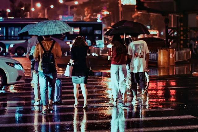 雨に歩く人