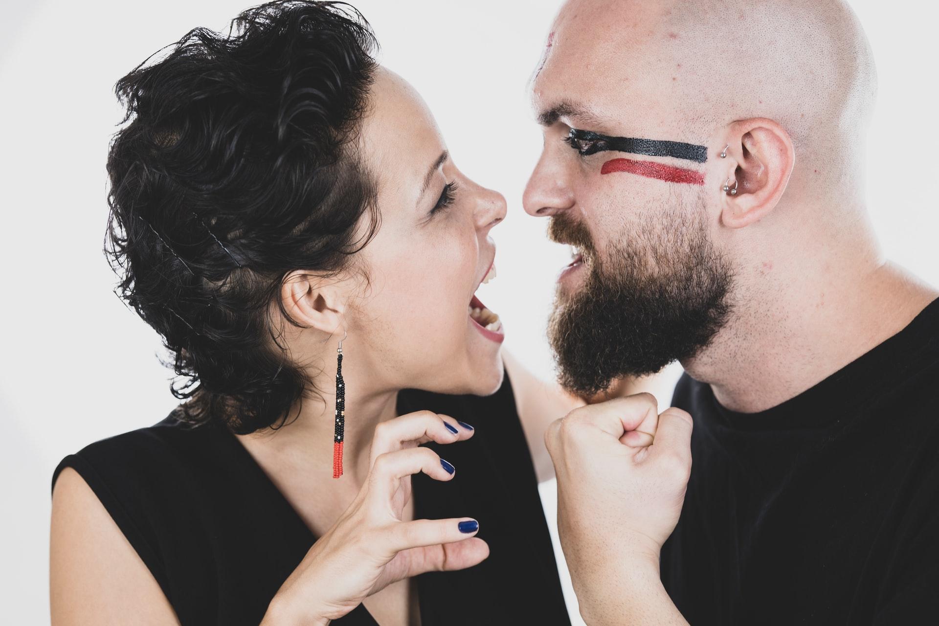 言い合う男と女