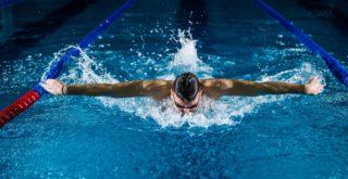 水泳する男